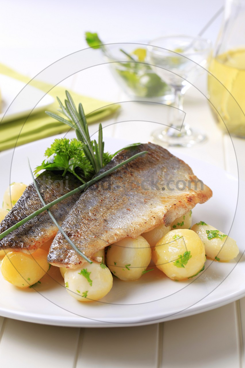 Pan-fried trout fillets with potatoes
