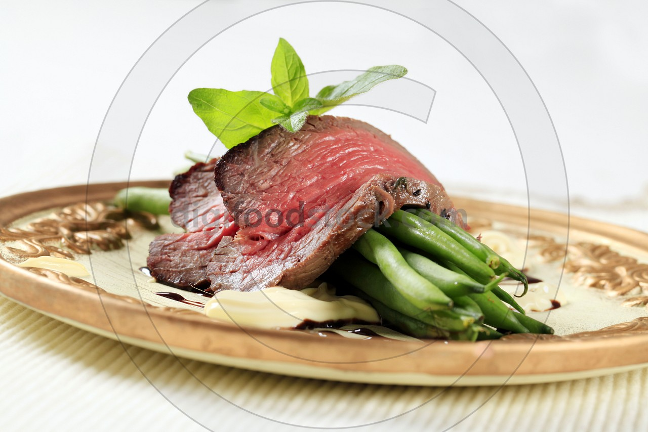 Roast beef and string beans